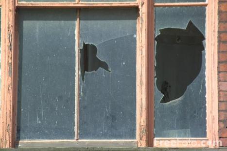 13_04_16---Broken-Window_web